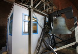 Speelcabine van het Carillon en een van de luidklokken van Hasselt